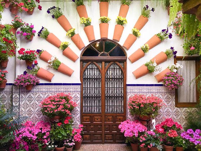 <p> Nhà hoa ở Patio (Cordoba, Tây Ban Nha) đã trở thành một địa danh nổi tiếng. Nơi đây thường tổ chức các lễ hội hoa cho du khách thỏa sức thưởng ngoạn.</p>