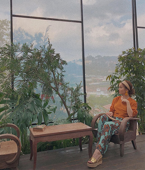 Yến Trang giống hệt các quý cô thập niên 70 với phong cách cổ điển đầy màu sắc.