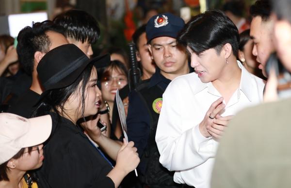 Tối 15/6, Noo Phước Thịnh tham dự một sự kiện khai trương tại Hà Nội. Sự xuất hiện của nam ca sĩ khiến hàng trăm fan háo hức chờ đón. Từ khi xuất hiện, Noo đã bị hàng trăm vây quanh.
