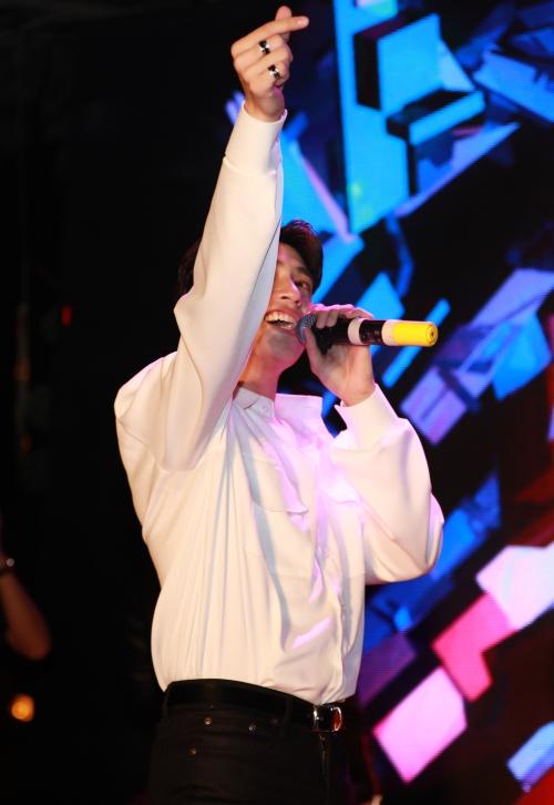 Vừa hát, nam ca sĩ thân thiện, đáng yêu khi liên tục bắn tim với fan.