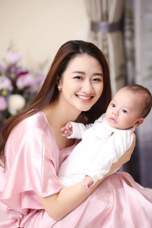 Hoa hậu lập gia đình ở tuổi 20, sinh con đầu lòng và gần như biến mất khỏi các hoạt động trong thời gian đương nhiệm.