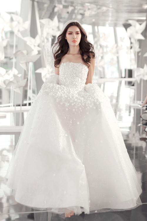Siêu mẫu Minh Tú trở thành nàng thơ của sàn catwalk. Cô xuất hiện với bộ cánh trắng tinh khôi cầu kỳ kết màn.
