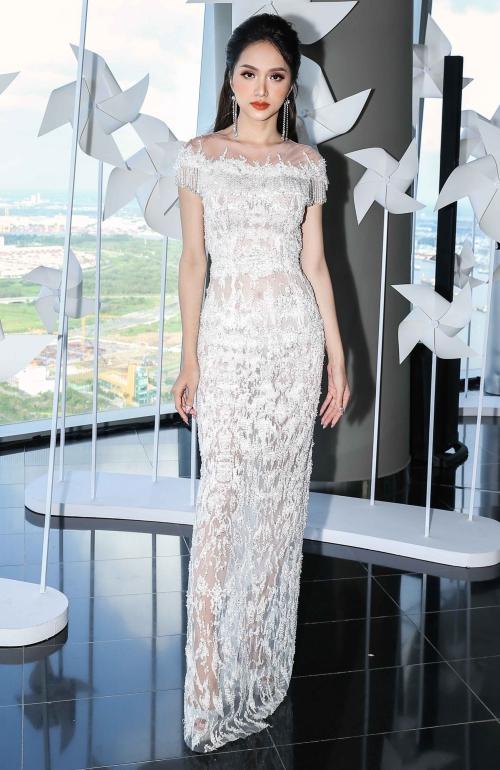 Hoa hậu Hương Giang ngày càng thể hiện được sự thanh tú khi khoác lên cho mình chiếc đầm trắng tinh khôi.