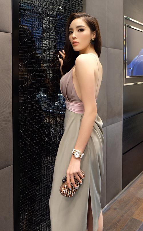 Cô phối đầm cùng clutch của Bottega, đồng hồ Hublot và giầy của thương hiệu Stuart weitzman tạo nên sự sang chảnh.