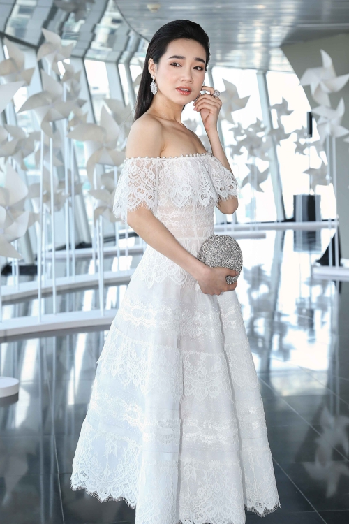Nhã Phương đẹp mong manh với váy ren.