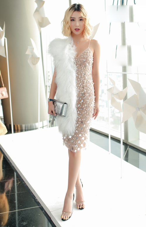 Quỳnh Anh Shyn gợi cảm với váy khoét ngực chữ V.