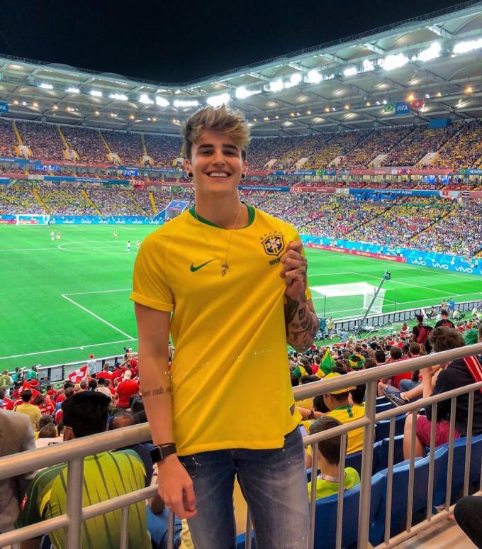 <p> Một CĐV đội Brazil tên Alex Mapeli đang sốt rần rần trên các diễn đàn trai đẹp sau khi xuất hiện trên khán đài trận đấu giữa Brazil - Thụy Sĩ.</p>