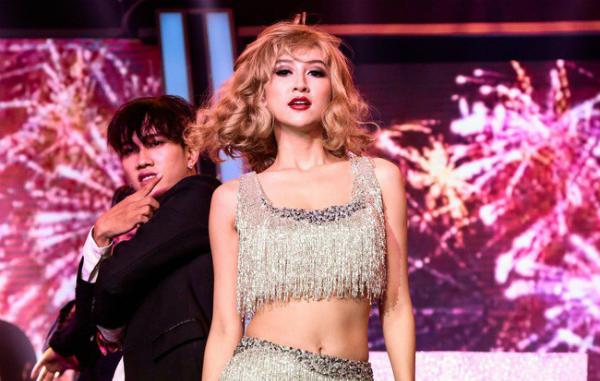 Hà Thu trong tiết mục hóa thân thành Taylor Swift.