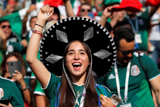 """<p> Đến với World Cup 2018, người hâm mộ đã phải bỏ ra rất nhiều tiền để có được tấm vé vào sân. Cùng với tình yêu dành cho môn thể thao vua, họ đội chiếc mũ truyền thống, nhảy điệu nhảy quê hương ăn mừng đội tuyển quốc gia đánh bại """"cỗ xe tăng"""" ngay trận mở màn.</p>"""