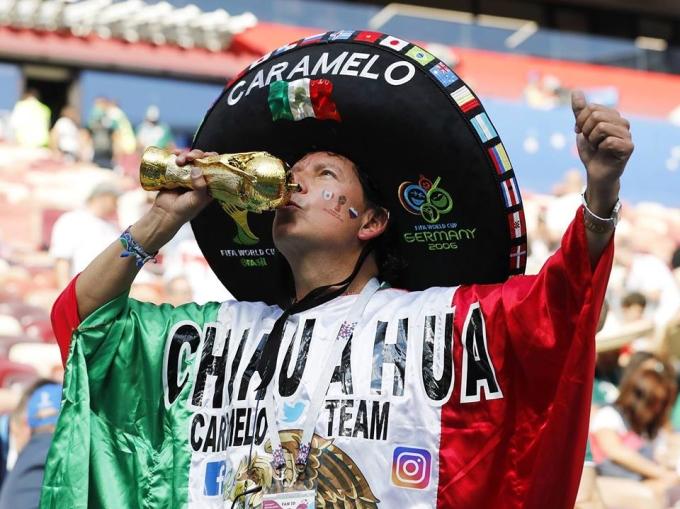 <p> CĐV người Mexico hôn cúp vàng biểu tượng chiến thắng.</p>