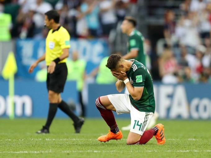<p> Giây phút Chicharito bật khóc trên sân cũng là lúc người hâm mộ Mexico ăn mừng chiến thắng một cách cuồng nhiệt.</p>