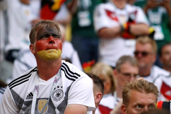 <p> Sự thất vọng là không thể giấu, những cổ động viên Đức trầm lặng hẳn khi chứng kiến màn ăn mừng của CĐV đối thủ.<br /> ĐT Đức tiếp theo sẽ phải cố gắng hết sức trong 2 trận cuối thuộc bảng F khi gặp Thụy Điển (24/6) và Hàn Quốc (27/6).</p>