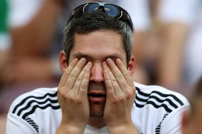 <p> Một cổ động viên đã không thể tin nổi vào mắt mình trước những gì đang diễn ra trên sân.</p>