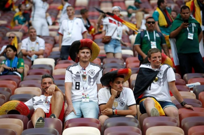 """<p> Những cổ động viên của """"Die Mannschaft"""" bước vào trận đấu với tâm thế của nhà ĐKVĐ thế giới. Hơn nữa, xếp cùng bảng với họ là một Mexico không được đánh giá cao. Nhận về kết quả đắng, rõ ràng người hâm mộ không thể hài lòng với màn thể hiện nhạt nhòa của những cỗ xe tăng.</p>"""