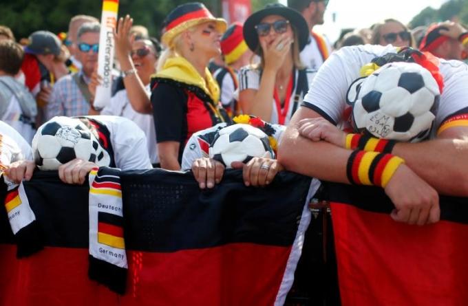 <p> Những tiếng cổ vũ, hò hét của người hâm mộ Mexico trái ngược với sự im lặng và choáng váng của fan Đức.</p>