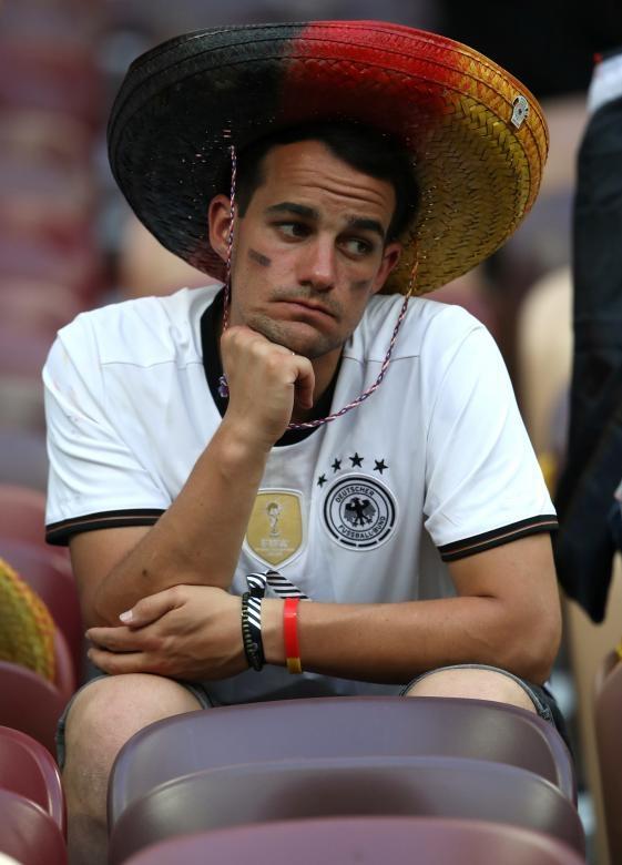 <p> Những nét buồn bã thể hiện rõ trên khuôn mặt của CĐV khi chứng kiến thầy trò HLV Joachim Low bại trận.</p>
