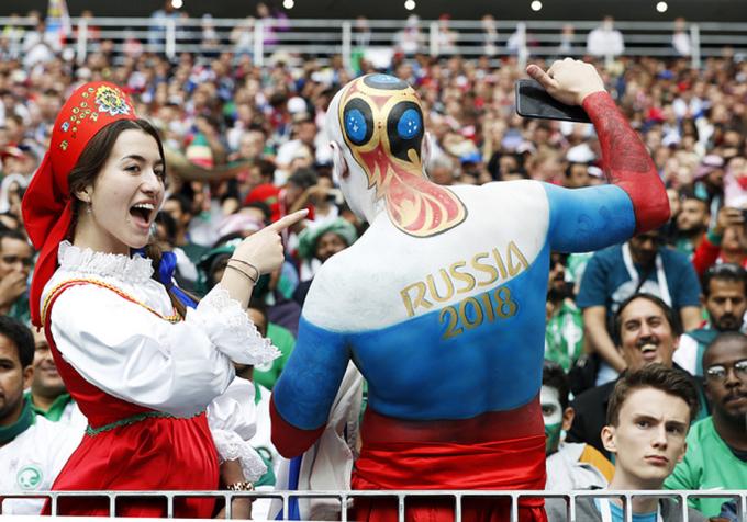 <p> Sau 4 năm chờ đợi, CĐV yêu bóng đá từ khắp nơi trên thế giới đã đổ về Nga để tận mắt theo dõi vòng chung kết World Cup 2018. Khắp các đường phố Moskva, người hâm mộ với trang phục cổ vũ rực rỡ sắc màu khuấy động không khí mùa hè rực lửa cùng trái bóng tròn. Trong ảnh, anh chàng Nga trình diễn body art cổ vũ nước chủ nhà.</p>