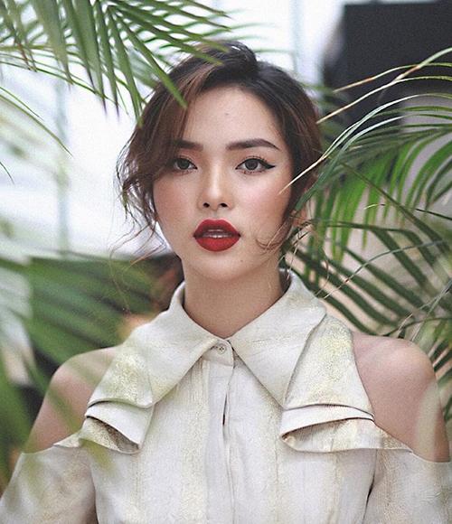 Phạm Diệu Linh là đại diện của tuyển Serbia tại Nóng cùng World Cup. Cô bạn này có nhan sắc ấn tượng, gây liên tưởng đến vẻ sắc sảo của hot girl đàn chị Châu Bùi.