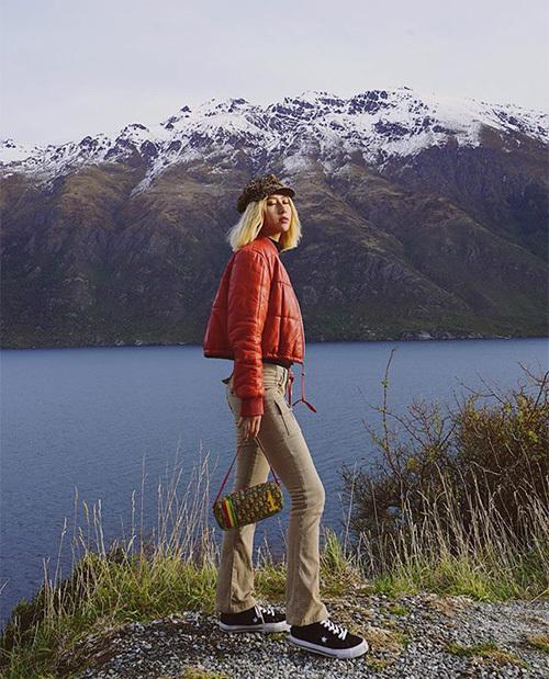 Quỳnh Anh Shyn trông chẳng khác gì một cô gái sành điệu của thập niên 90 với bức hình chụp ở trời Tây đẹp như tạp chí.