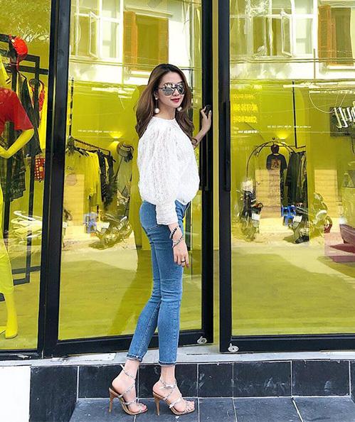 Thiều Bảo Trang khoe chân thon với jeans skinny, kết hợp cùng sơ mi trắng khá đơn giản.