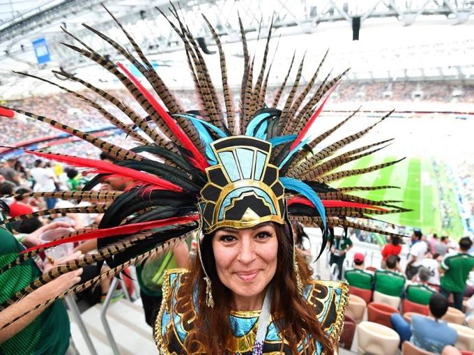 """<p> Thổ dân Azteca của Mexico gây ấn tượng với bộ trang phục có phần """"kì dị"""", thể hiện màn ăn mừng qua điệu nhảy cổ vũ độc đáo.</p>"""