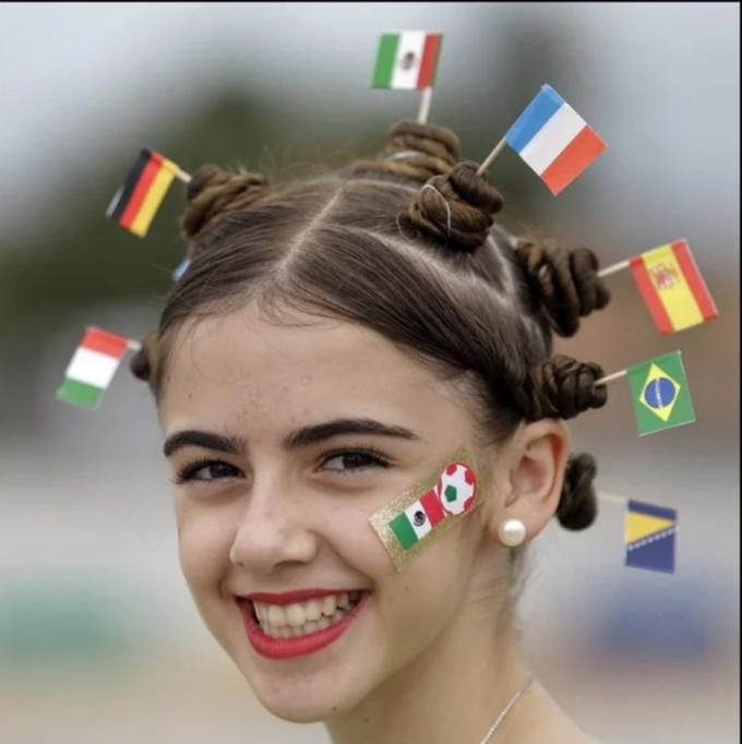 <p> Fan nhí với chùm quốc kỳ mini gắn trên đầu.</p>
