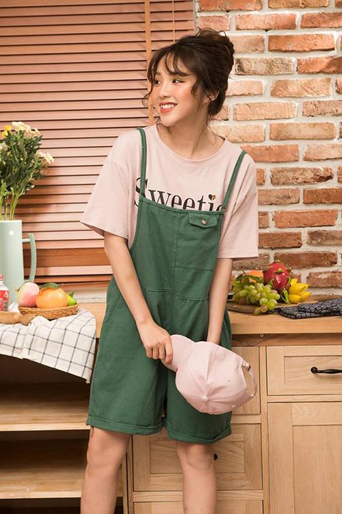 Nếu thường xuyên theo dõi các shop online Hà thành, bạn sẽ thấy Linh Kiu cũng là gương mặt xuất hiện dày đặc trong các bộ lookbook. Cô nàng đặc biệt được lòng những shop đi theo phong cách năng động, nhí nhảnh.