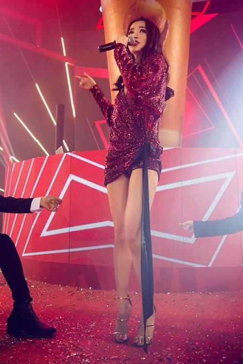 Rất hiếm khi Bích Phương khoe chân nên không phải ai cũng biết cô nàng sở hữu đôi chân thon dài, mịn màng không tì vết. Chỉ đến khi nữ ca sĩ quyết định đổi phong cách sang gợi cảm gần đây, công chúng mới có dịp chiêm ngưỡng.
