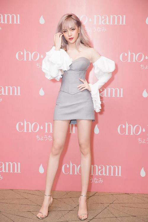 Bạn gái tin đồn của Sơn Tùng M-TP không chỉ vóc dáng mảnh mai với eo nhỏ như búp bê Barbie mà đôi chân của cô nàng cũng là niềm ao ước của nhiều cô gái.