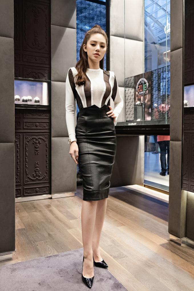 <p> Jolie Nguyễn khoe eo con kiến cùng vóc dáng nuột nà trong bộ váy ôm sát của nhà mốt Balmain có giá gần 200 triệu đồng. Chiếc đồng hồ Hublot mà người đẹp đeo cũng có giá gần 500 triệu đồng.</p>
