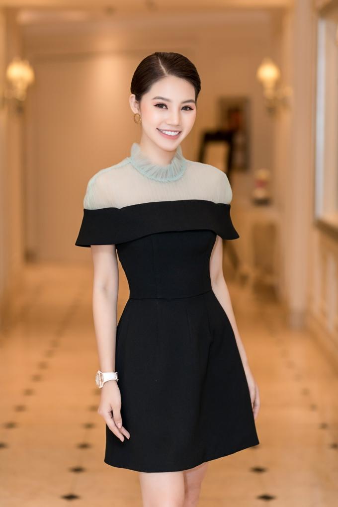 <p> Xuất hiện tại một sự kiện, Jolie Nguyễn gây ấn tượng với vẻ đẹp sang trọng, kiều diễm. Bộ trang phục của NTK Lê Ngọc Lâm được điểm xuyết bằng chiếc đồng hồ Hublot Big Bang giá gần 450 triệu đồng.</p>