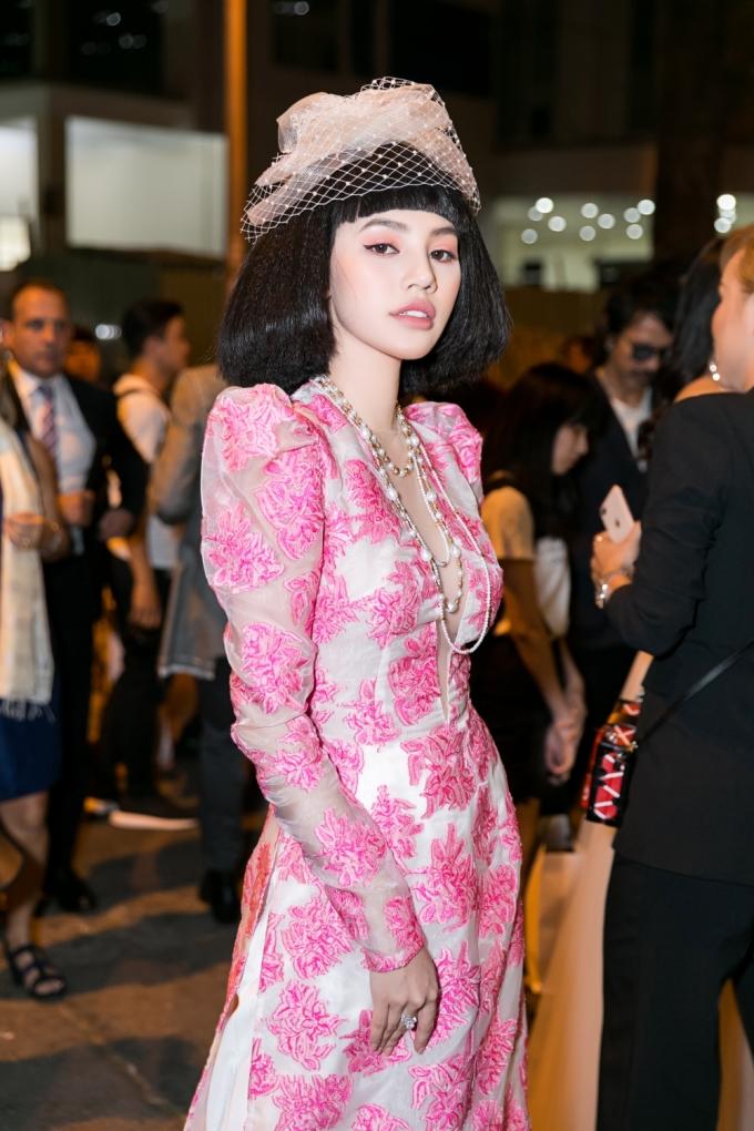 <p> Góp mặt trên thảm đỏ Tuần lễ Thời trang Quốc tế Việt Nam, Jolie Nguyễn diện áo dài phong cách Coco Chanel. Người đẹp thể hiện độ chịu chơi không thua kém ai bằng loạt trang sức bạc tỷ với bông tai 1,5 tỷ, nhẫn kim cương 3 tỷ và vòng ngọc trai 120 triệu đồng.</p>