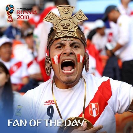 Dù ở rất xa nước Nga, CĐV Peru vẫn lặn lội đến xứ sở bạch dương cùng những chiếc áo đỏ trắng đặc trưng cho quốc kỳ nước mình. Trong ảnh, người đàn ông người Peru hóa thân thành chiến binh da đỏ thời xưa được bình chọn CĐV ấn tượng nhất trong ngày thi đấu thứ 3, hôm16/06.Peru đãra quân với thất bại 0-1 trước Đan Mạch trong khuôn khổ bảng C.