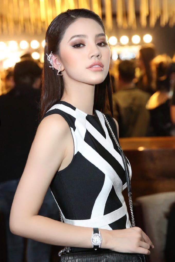 <p> Bông tai và túi xách của nhà mốt YSL góp phần tôn lên vẻ sang trọng, đài các của Jolie Nguyễn. Ngoài ra, chiếc đồng hồ Chopard có giá 1,5 tỷ đã giúp Hoa hậu 9X trở thành tâm điểm thảm đỏ.</p>
