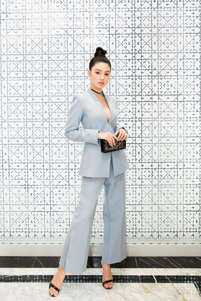 """<p> Jolie Nguyễn xứng danh """"Yêu nữ hàng hiệu"""" khi đầu tư mạnh tay để rinh về những món đồ sang chảnh. Diện bộ vest gam màu xanh pastel của Dior cùng túi xách tone sur tone, nàng hậu sinh năm 1997 ghi điểm bởi thần thái kiêu sa, thu hút.</p>"""
