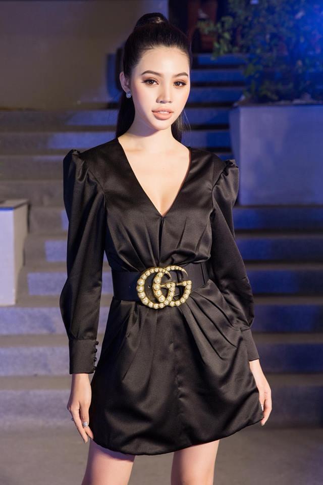 <p> Chỉ riêng chiếc thắt lưng da to bản của Gucci cũng lên tới 27 triệu đồng.</p>