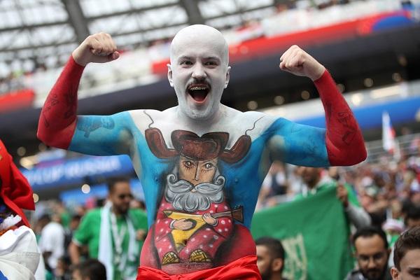 6 CĐV nổi bật nhất được FIFA bình chọn sau lượt đấu đầu tiên
