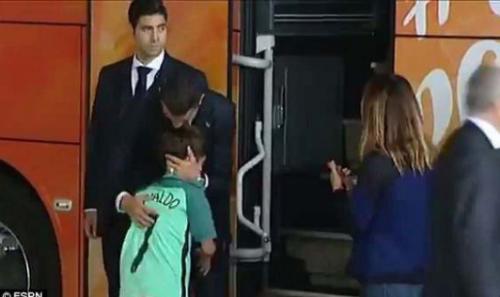 Những khoảnh khắc chứng minh Ronaldo đặc biệt quan tâm fan nhí - 1