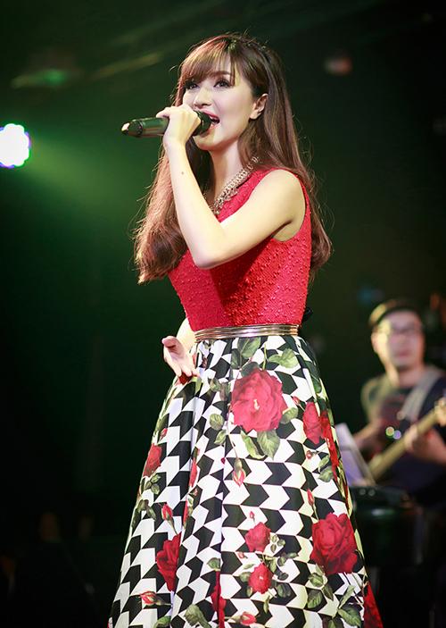 Từ lúc lên sân khấu, đi sự kiện cho đến chụp photoshoot, Bích Phương đều trung thành với mốt váy này. Thậm chí một thời gian dài người đẹp chỉ mặc đồ của một thương hiệu thời trang duy nhất.