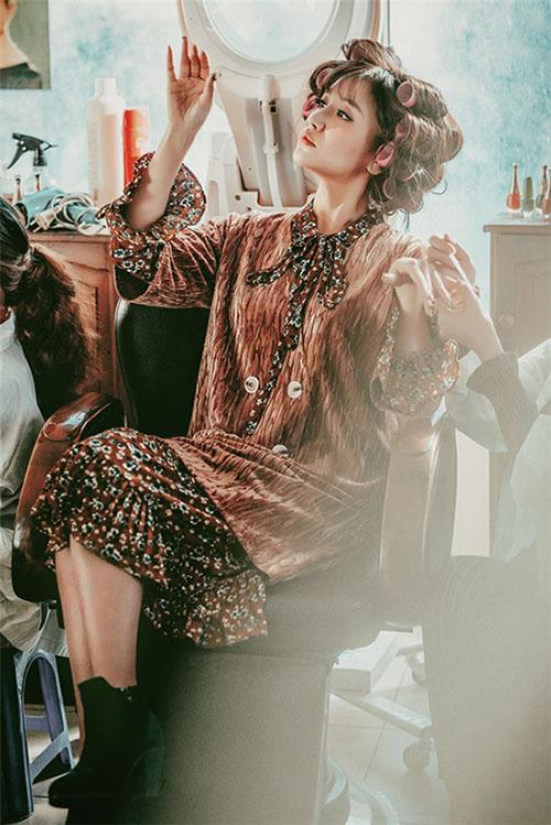 Những bộ váy áo đậm chất tiểu thư ngày xưa như váy hoa nhí, váy cổ vest, quần suông... giúp Bích Phương có vẻ ngoài không thể nhầm lẫn, nổi bật giữa rừng người đẹp chạy đua đồ gợi cảm, sexy.
