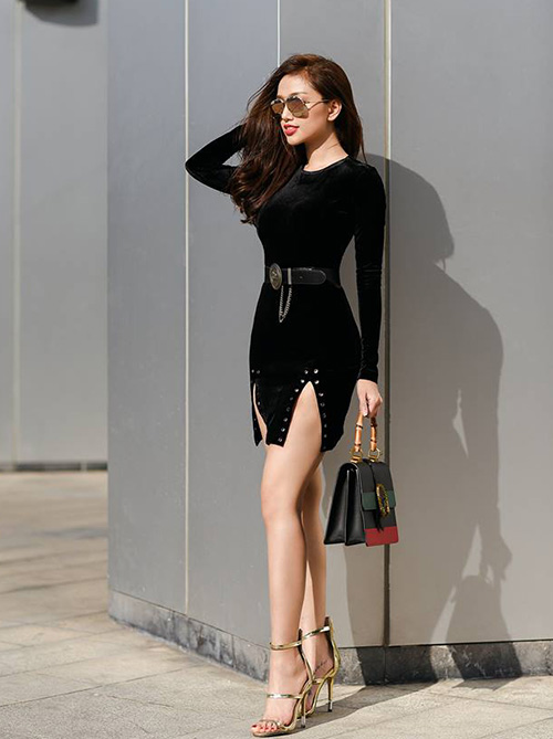 Ở Việt Nam, nhiều hãng thời trang cũng tung ra các mẫu sandals ba quai màu metallic tương tự, với mức giá mềm hơn để đáp ứng nhu cầu của các hãng thời trang. Bạn có thể sắm từ nhiều thương hiệu hoặc order Trung Quốc với mức giá từ 1-2,5 triệu đồng một đôi.