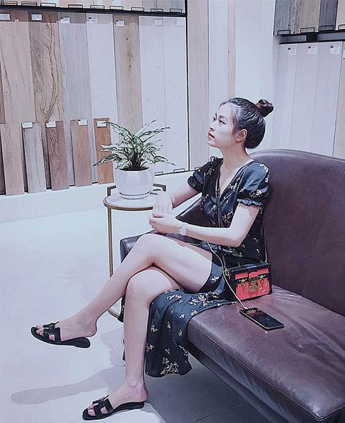 Oran Sandals là một mẫu dép lê xếp vào hàng huyền thoại của Hermes, được rất nhiều tín đồ thời trang yêu thích. Đáp ứng được tiêu chí mát mẻ, thuận tiện, món phụ kiện này cũng nằm trong danh sách must-have của sao Việt ngày hè. Hoàng Thùy Linh sở hữu một đôi màu đen, dễ dàng mix cùng mọi kiểu trang phục.