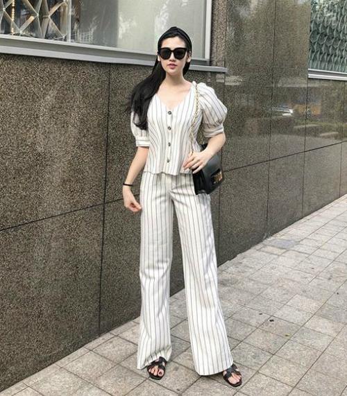 Cô nàng sắm hai đôi hai màu, kết hợp trang phục đa dạng.