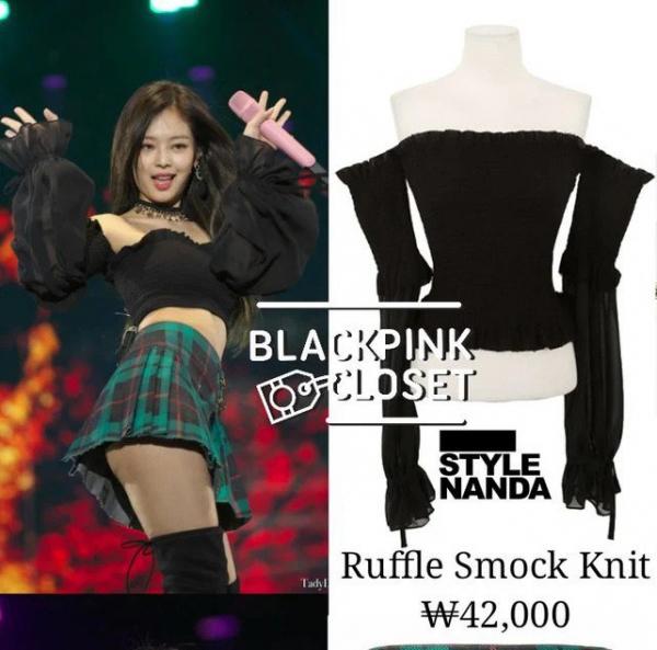 Món đồ gợi cảm này là thiết kế của StyleNanda, có giá bán 42.000 Won (tương đương 860k). Nhờ Jennie lăng xê mà chiếc áo thành hot item được các cô gái mua sạch.