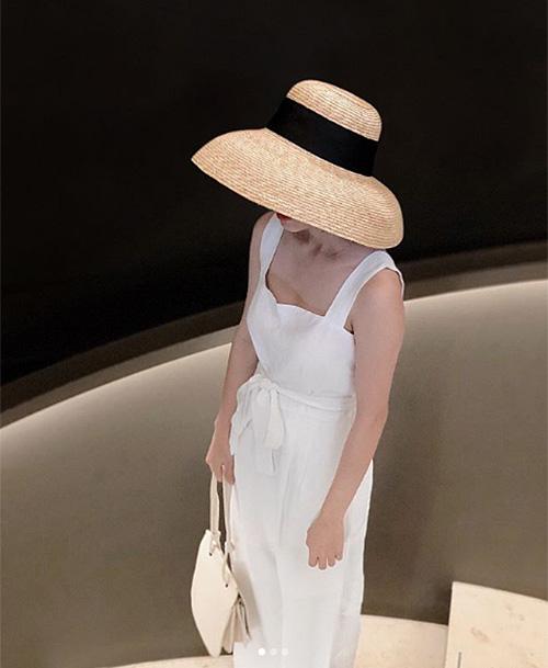 Kiểu mũ che mặt hững hờ này đặc biệt dành cho những cô nàng thích chụp hình so deep sống ảo.