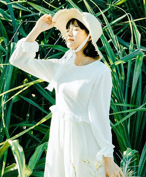 Mũ thường đi kèm ruy băng để trang trí, giúp chiếc mũ có dáng cứng trông mềm mại và xinh yêu hơn.