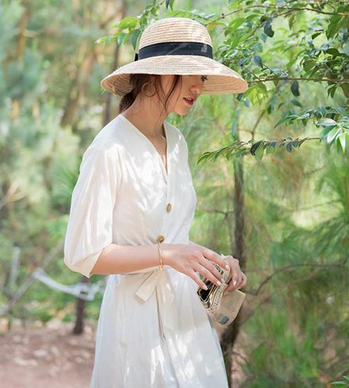 Đây là một thiết kế mũ mang đậm tính cổ điển, thích hợp với những cô nàng theo đuổi phong cách mong manh và kiêu sa.