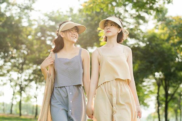 Với phần vành trước rộng và dài, chiếc mũ này giúp những nàng ngại nắng không còn lo lắng khi phải ra ngoài trong lúc trời chói chang. Mũ lưỡi trai vừa năng động lại vừa cổ điển nên cũng rất dễ phối đồ nhiều phong cách.