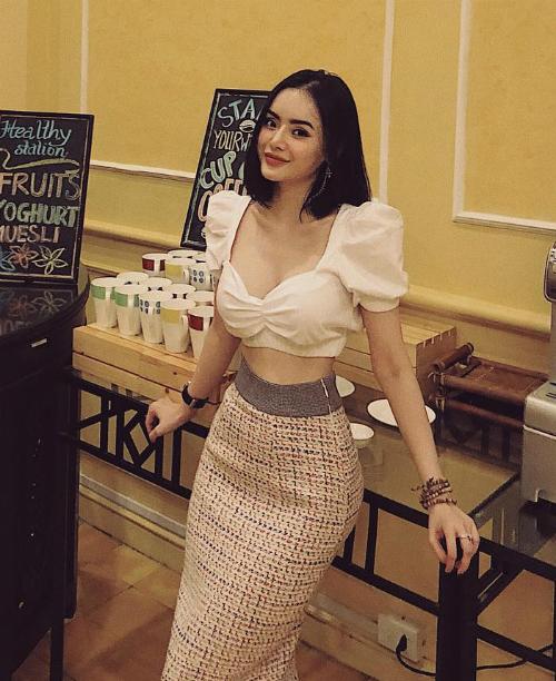 Không hẹn mà gặp, chiếc áo vừa ngọt ngào vừa sexy này cũng được hot girl Phương Trang chọn lựa để khoe vòng eo con kiến.