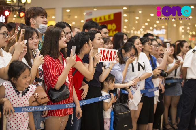 <p> Biết tin Isaac ra Hà Nội biểu diễn, nhiều bạn trẻ đã hội tụ từ rất sớm để chờ đợi nam ca sĩ.</p>